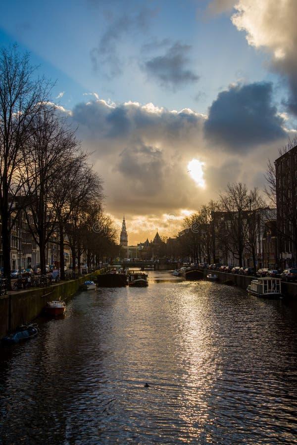 Όμορφο ηλιοβασίλεμα στο κανάλι στο Άμστερνταμ στοκ εικόνα με δικαίωμα ελεύθερης χρήσης