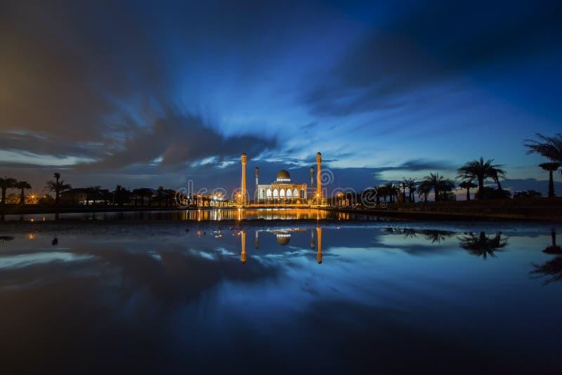 Όμορφο ηλιοβασίλεμα στο μουσουλμανικό τέμενος στοκ φωτογραφίες