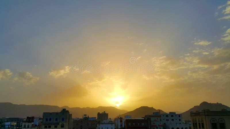 Όμορφο ηλιοβασίλεμα, σύννεφα και βουνά στη Μέση Ανατολή στοκ εικόνες