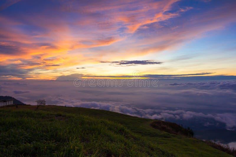 Όμορφο ηλιοβασίλεμα τοπίου βουνών στοκ φωτογραφία με δικαίωμα ελεύθερης χρήσης