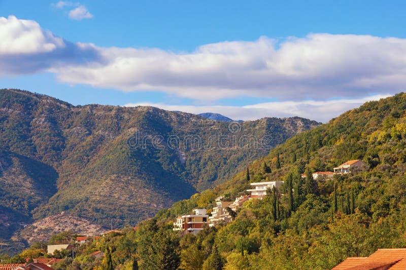 Όμορφο θερινό τοπίο με ένα μικρό χωριό mountainside μια ηλιόλουστη ημέρα Μαυροβούνιο στοκ εικόνες με δικαίωμα ελεύθερης χρήσης