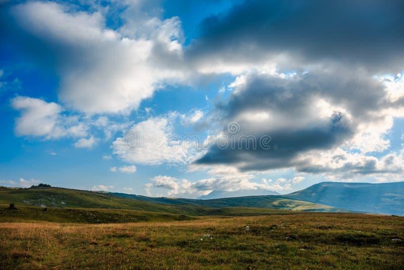 Όμορφο θερινό τοπίο στα καυκάσια βουνά στοκ φωτογραφία με δικαίωμα ελεύθερης χρήσης