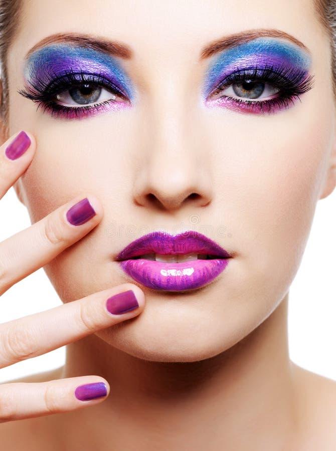 Όμορφο θηλυκό πρόσωπο με τη φωτεινή σύνθεση μόδας στοκ φωτογραφία