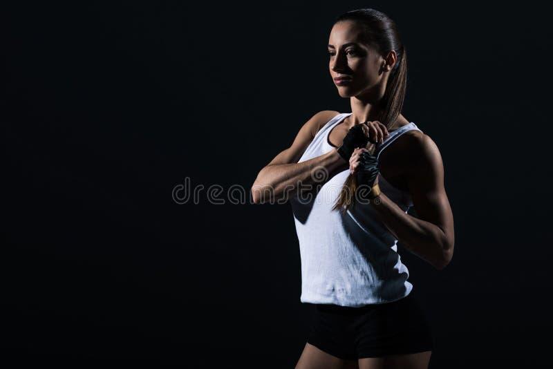 όμορφο θηλυκό bodybuilder που θέτει sportswear στοκ φωτογραφίες