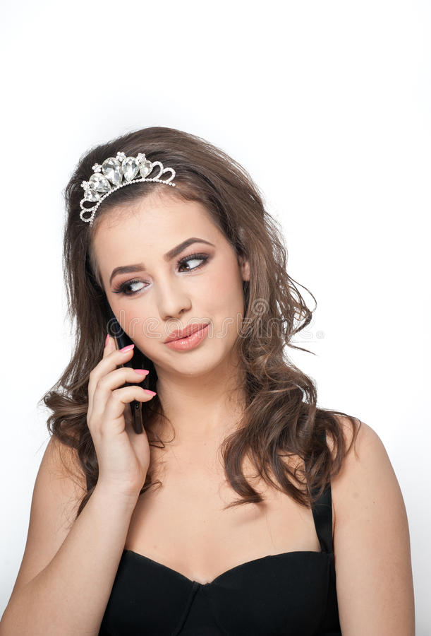 Όμορφο θηλυκό πορτρέτο τέχνης με τα όμορφα μάτια που φορούν μια τιάρα που μιλά σε κινητό Γνήσιο φυσικό brunette με το κόσμημα στοκ εικόνες