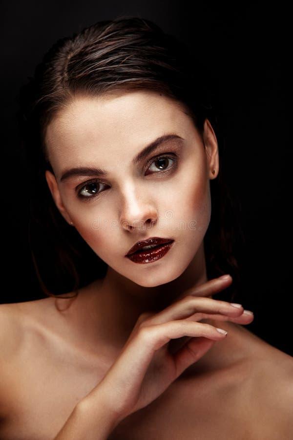Όμορφο θηλυκό πρόσωπο brunette στοκ φωτογραφία με δικαίωμα ελεύθερης χρήσης