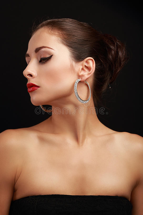 Όμορφο θηλυκό πρότυπο σχεδιάγραμμα προσώπου στα σκουλαρίκια δαχτυλιδιών μόδας στοκ φωτογραφία με δικαίωμα ελεύθερης χρήσης