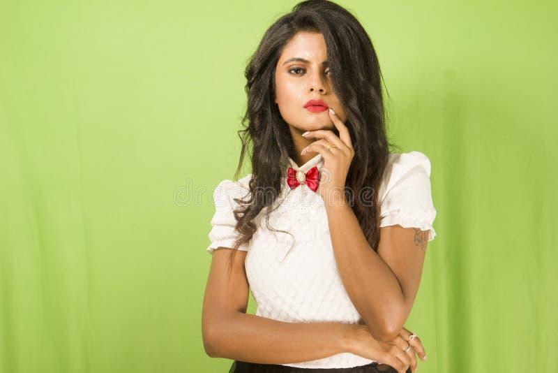 Όμορφο ινδικό θηλυκό πρότυπο στο άσπρο πουκάμισο και τη μαύρη φούστα στοκ εικόνα με δικαίωμα ελεύθερης χρήσης