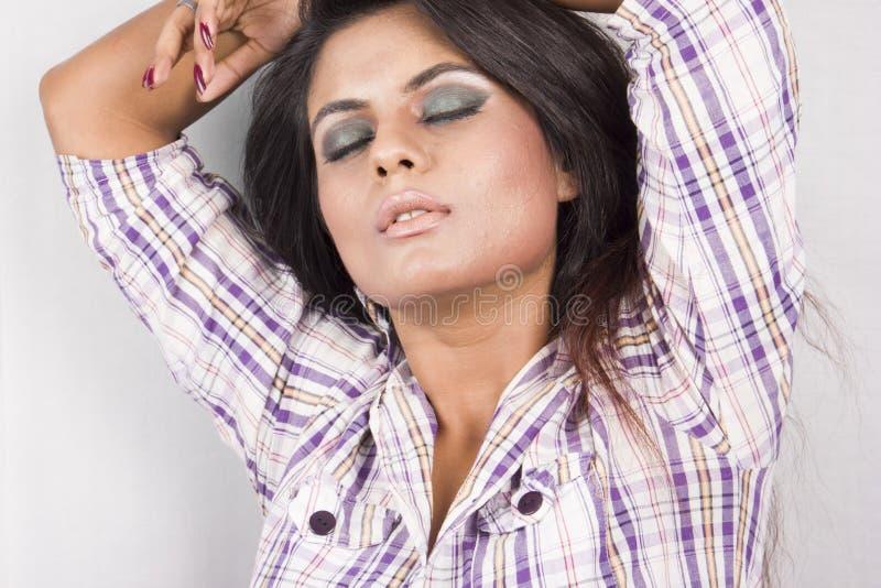 Όμορφο ινδικό θηλυκό πρότυπο στο άσπρο πουκάμισο και τη μαύρη φούστα στοκ φωτογραφία με δικαίωμα ελεύθερης χρήσης