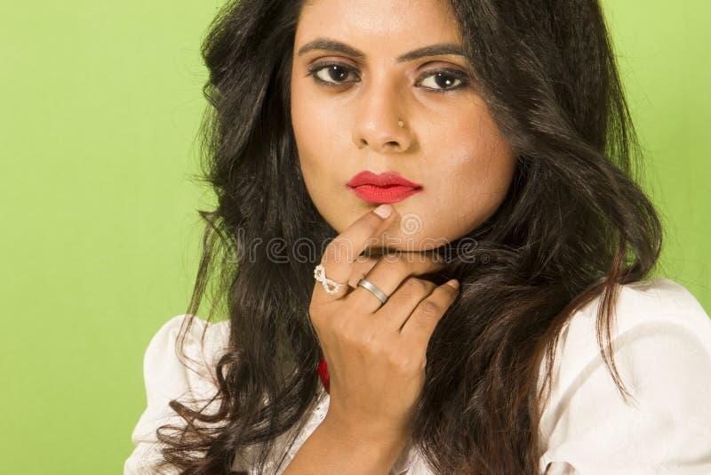 Όμορφο ινδικό θηλυκό πρότυπο στο άσπρο πουκάμισο και τη μαύρη φούστα στοκ φωτογραφίες