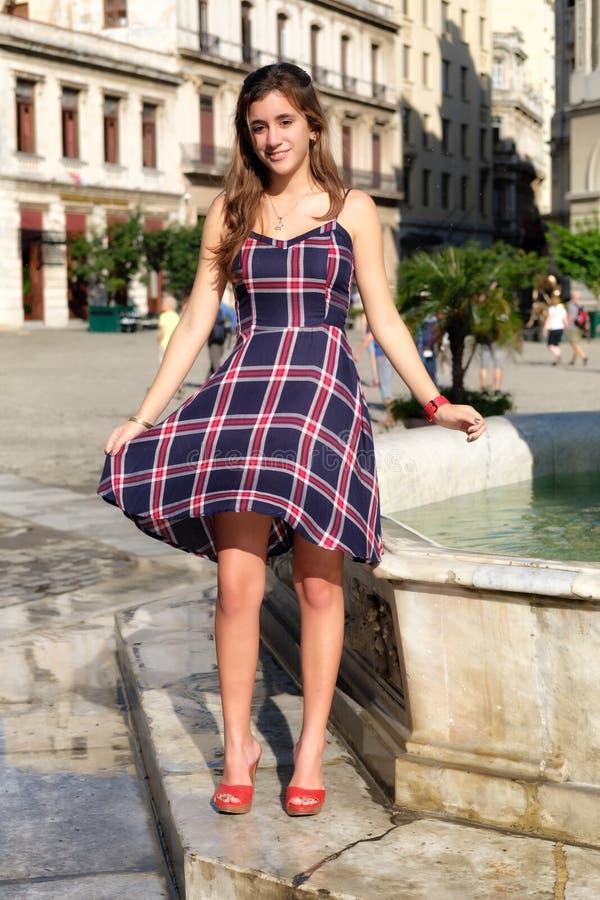 Όμορφο ισπανικό έφηβη σε ένα αποικιακό τετράγωνο στην Αβάνα στοκ εικόνα με δικαίωμα ελεύθερης χρήσης