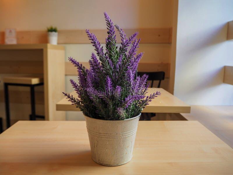 Όμορφο ιώδες lavender σε έναν σίδηρο λίγος κάδος στον ξύλινο πίνακα στοκ εικόνες