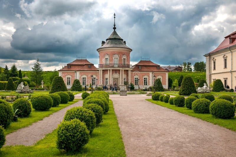 Όμορφο κάστρο Peles και διακοσμητικός κήπος στην περιοχή Lviv στην Ευρώπη στοκ φωτογραφία