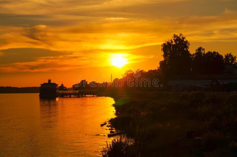 Όμορφο κίτρινο και πορτοκαλί ηλιοβασίλεμα στον ποταμό στοκ φωτογραφίες