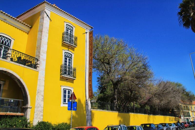 Όμορφο κίτρινο κτήριο με τον κήπο στη Λισσαβώνα στοκ εικόνες με δικαίωμα ελεύθερης χρήσης
