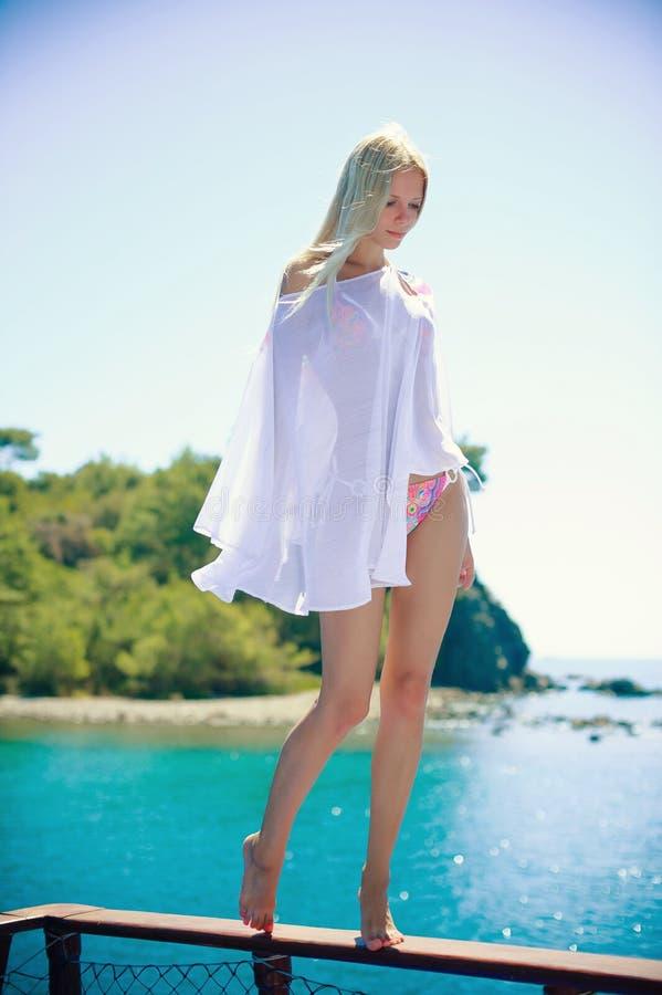 Όμορφο καθαρισμένο κορίτσι με το μαντίλι στην παραλία Ταξίδι και ελεύθερος χρόνος η έννοια της ελευθερίας χαλάρωση γυναικών στις  στοκ φωτογραφία με δικαίωμα ελεύθερης χρήσης