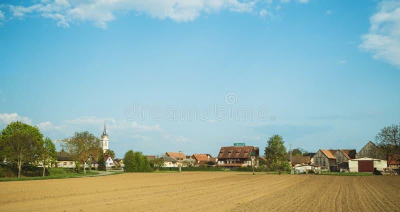 Όμορφο καθαρό πλούσιο γαλλικό χωριό του σημαδιού ξενοδοχείων Benfeld στοκ εικόνες