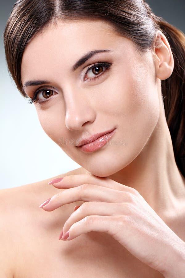 όμορφο καθαρό πρόσωπο brunette στοκ εικόνες με δικαίωμα ελεύθερης χρήσης