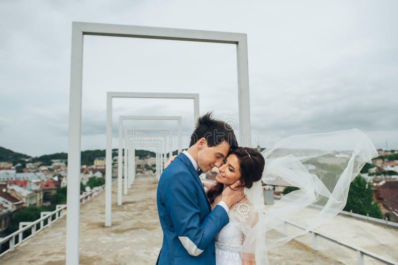 Όμορφο και ευτυχές ζεύγος που στέκεται μαζί υπαίθρια στοκ φωτογραφία