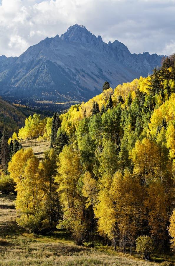 Όμορφο και ζωηρόχρωμο τοπίο φθινοπώρου βουνών του Κολοράντο δύσκολο στοκ εικόνα