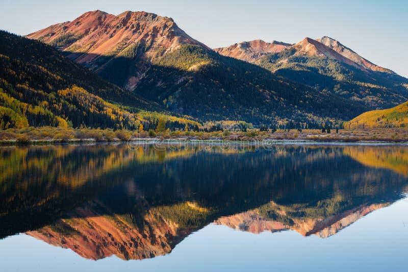 Όμορφο και ζωηρόχρωμο τοπίο φθινοπώρου βουνών του Κολοράντο δύσκολο - στοκ φωτογραφίες