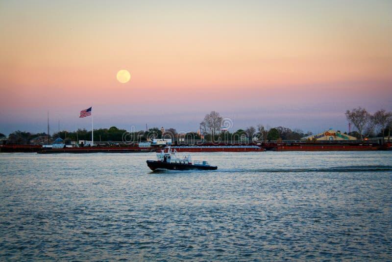 Όμορφο και μεγάλο φεγγάρι, ποτάμι Μισισιπή στη Νέα Ορλεάνη, Louisi στοκ εικόνες