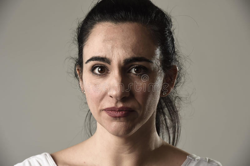 Όμορφο και λυπημένο να φωνάξει γυναικών απελπισμένο και καταθλιπτικό με τα δάκρυα στα μάτια της που υφίστανται τον πόνο στοκ εικόνα