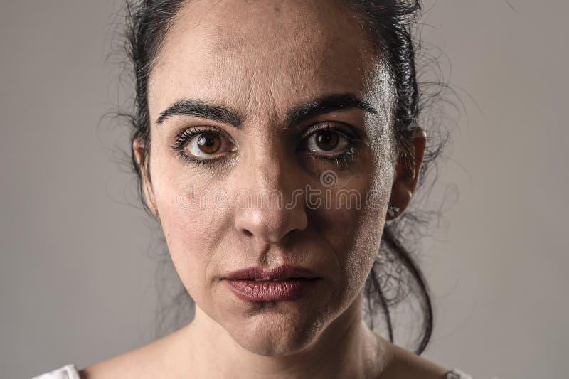 Όμορφο και λυπημένο να φωνάξει γυναικών απελπισμένο και καταθλιπτικό με τα δάκρυα στα μάτια της που υφίστανται τον πόνο στοκ φωτογραφία με δικαίωμα ελεύθερης χρήσης