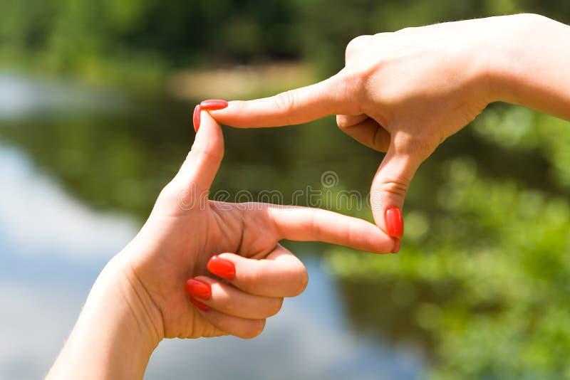 Όμορφο καλά-καλλωπισμένο θηλυκό πλαίσιο χεριών το διάστημα στοκ εικόνες