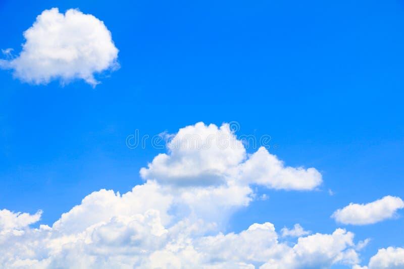Όμορφο καλοκαίρι σύννεφων μπλε ουρανού φωτεινό και μεγάλο η τέχνη της φύσης με το διάστημα αντιγράφων για προσθέτει το κείμενο στοκ φωτογραφία με δικαίωμα ελεύθερης χρήσης