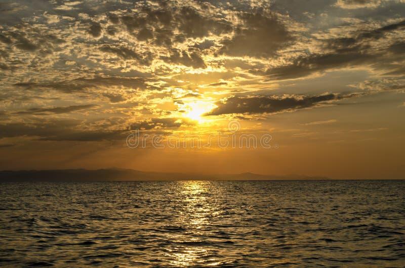 Όμορφο καμμένος τοπίο ηλιοβασιλέματος στη Κασπία Θάλασσα και πορτοκαλής ουρανός επάνω από το με την τρομερή χρυσή αντανάκλαση ήλι στοκ φωτογραφία με δικαίωμα ελεύθερης χρήσης