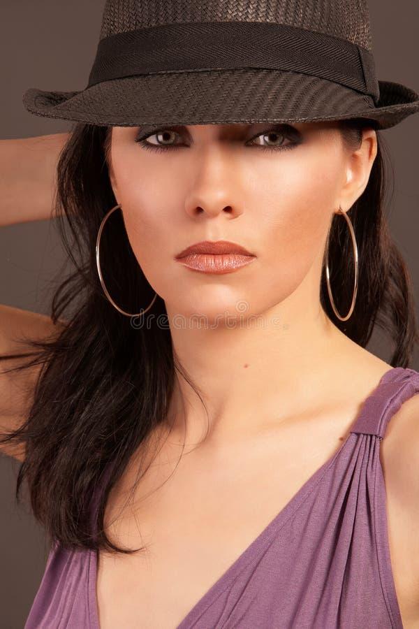 όμορφο καπέλο που φορά τη &gam στοκ εικόνα με δικαίωμα ελεύθερης χρήσης