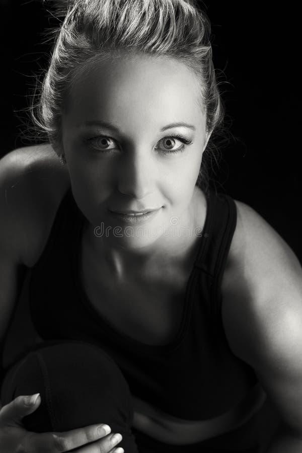Όμορφο κατάλληλο και υγιές ξανθό πορτρέτο γυναικών στη μαύρη κορυφή με στοκ εικόνα με δικαίωμα ελεύθερης χρήσης
