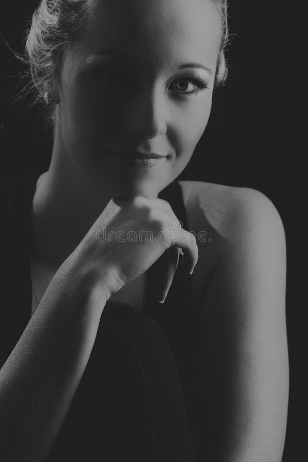 Όμορφο κατάλληλο και υγιές ξανθό πορτρέτο γυναικών στη μαύρη κορυφή με στοκ εικόνες