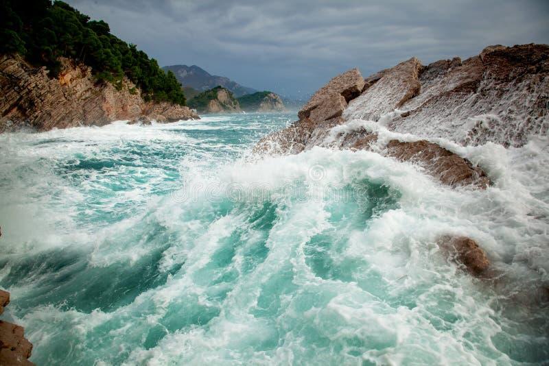 Όμορφο καταπληκτικό ζαλίζοντας seascape, κύματα που συντρίβει στους βράχους κατά τη διάρκεια μιας θύελλας, Petrovac Μαυροβούνιο στοκ εικόνα