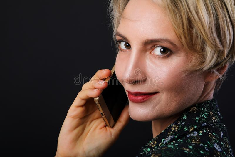 Όμορφο καυκάσιο κοντό μαλλιαρό στενό επάνω portrai επιχειρησιακών γυναικών στοκ εικόνα
