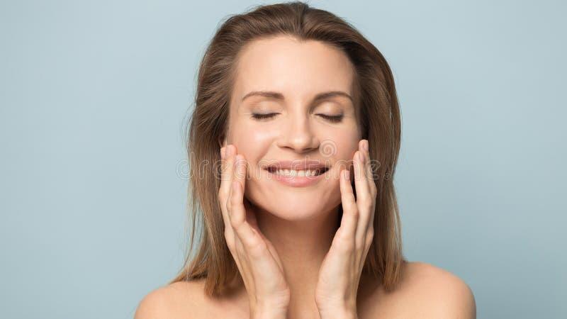 Όμορφο καυκάσιο υγιές καθαρό δέρμα αφής γυναικών μετά από την επεξεργασία στοκ εικόνα με δικαίωμα ελεύθερης χρήσης