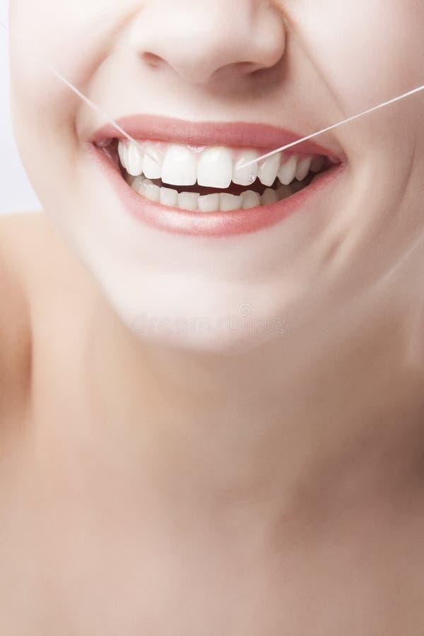 Όμορφο καυκάσιο χαμόγελο γυναικών. Οδοντική έννοια στοκ εικόνα