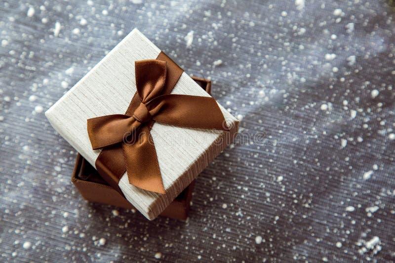 Όμορφο καφετί κιβώτιο δώρων με την άσπρη κάλυψη στοκ εικόνες