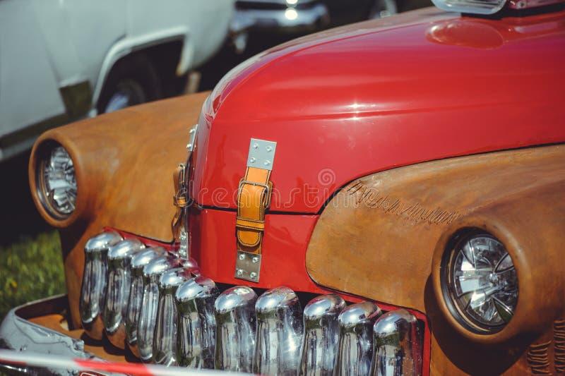 Όμορφο κλασικό αναδρομικό αυτοκίνητο, μοντέρνος και πολυτελής, κόκκινο με τα ένθετα σκουριάς στοκ εικόνες με δικαίωμα ελεύθερης χρήσης