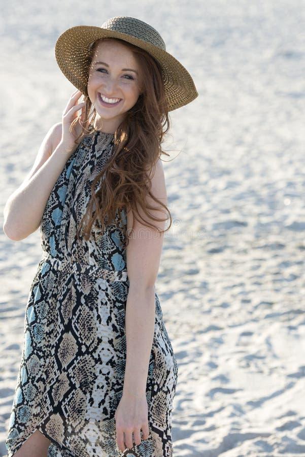 Όμορφο κοκκινομάλλες πρότυπο στην παραλία - μόδα στοκ φωτογραφία με δικαίωμα ελεύθερης χρήσης
