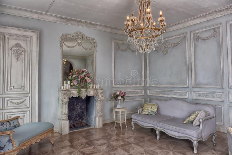 Όμορφο κομψό εσωτερικό καθιστικό στοκ εικόνα με δικαίωμα ελεύθερης χρήσης