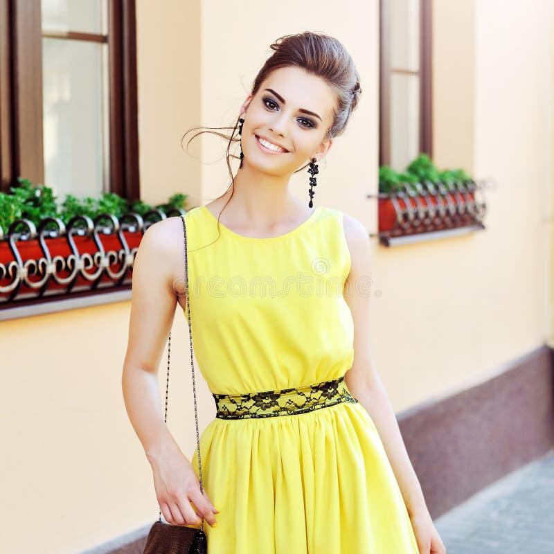 Όμορφο κομψό κορίτσι στο κίτρινο φόρεμα στοκ φωτογραφίες με δικαίωμα ελεύθερης χρήσης