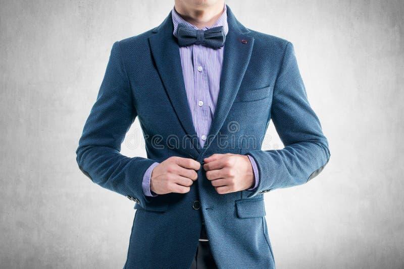 Όμορφο κομψό νέο άτομο μόδας στο σμόκιν παλτών στοκ φωτογραφίες με δικαίωμα ελεύθερης χρήσης
