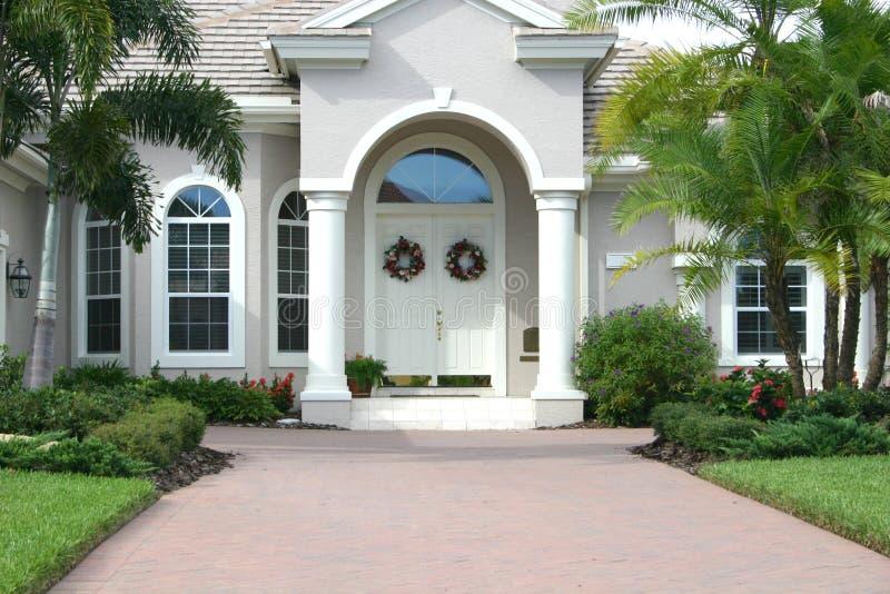 όμορφο κομψό σπίτι εισόδων στοκ φωτογραφίες