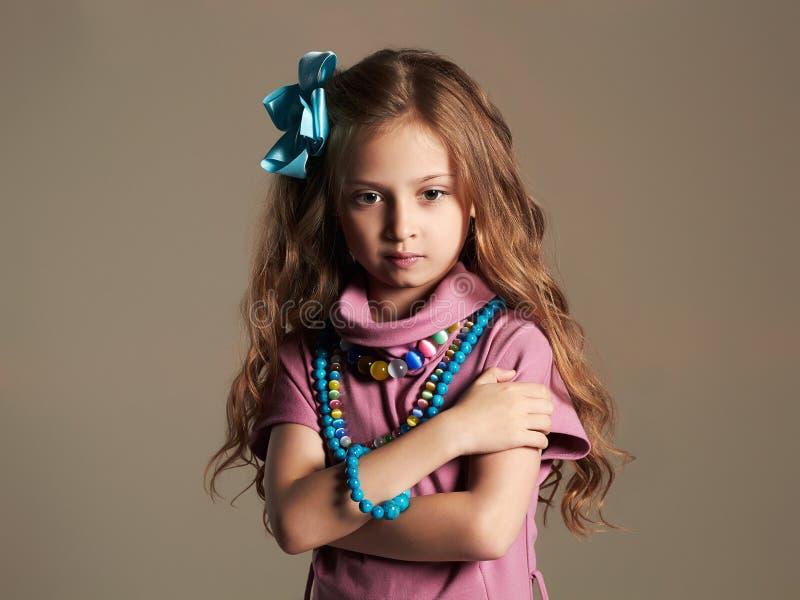 όμορφο κορίτσι λίγα όμορφος λίγη κυρία στο φόρεμα και λουλούδι στην υγιή τρίχα στοκ εικόνες