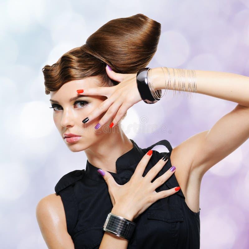 Όμορφο κορίτσι γοητείας με το δημιουργικό hairstyle στοκ εικόνα