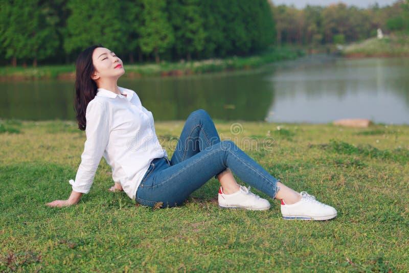 Όμορφο κορίτσι γυναικών Aisan το κινεζικό απολαμβάνεται τον ελεύθερο causual χρόνο από μια λίμνη στοκ φωτογραφίες με δικαίωμα ελεύθερης χρήσης