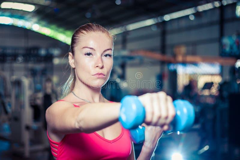 Όμορφο κορίτσι ικανότητας με τους αλτήρες Ελκυστική γυναίκα στη γυμναστική στοκ φωτογραφίες με δικαίωμα ελεύθερης χρήσης