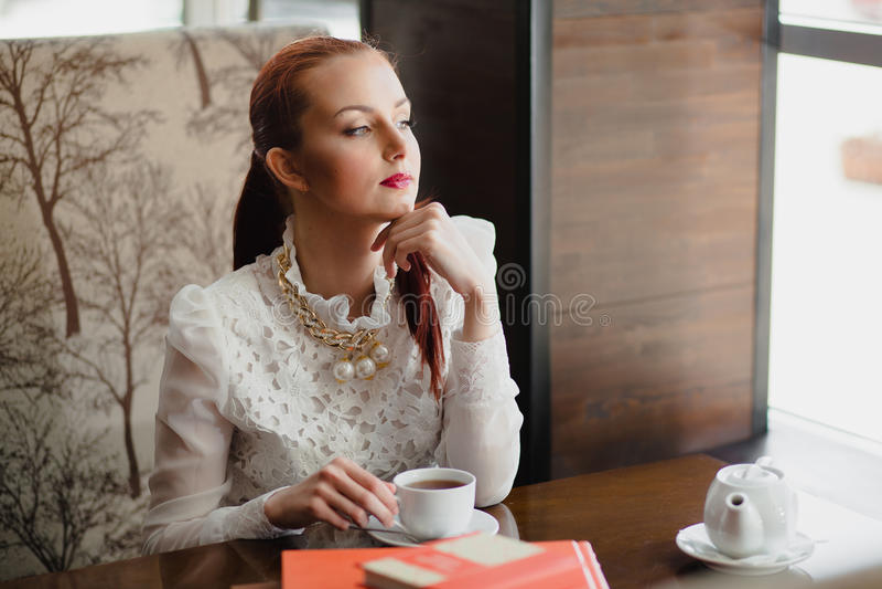 όμορφο κορίτσι καφέδων στοκ εικόνα
